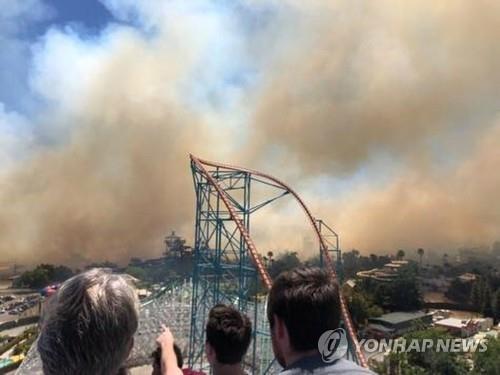 美 LA 놀이공원서 산불로 수백명 대피…9명 병원 이송