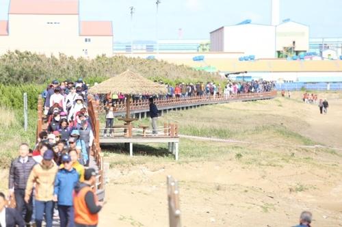 태풍에 밀려온 쓰레기로 포항 호미반도 걷기축제 연기