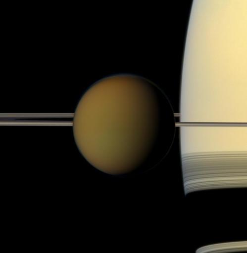 카시니 호가 2011 년 토성 과 고리 앞 을 지나는 타이탄 을 포착 한 컬러 이미지.