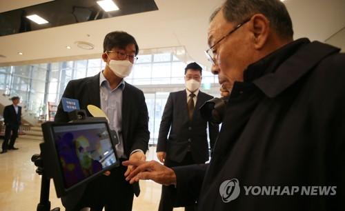 [카메라뉴스] 제주 호텔에 코로나19 발열 감지 로봇 등장