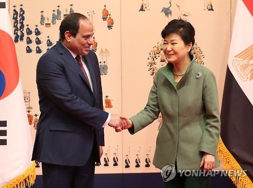 This photo, taken on March 3, 2016, shows President Park Geun-hye (R) shaking hands with her Egyptian counterpart Abdel Fattah al-Sisi before their talks at South Korea's presidential office Cheong Wa Dae in Seoul. (Yonhap)