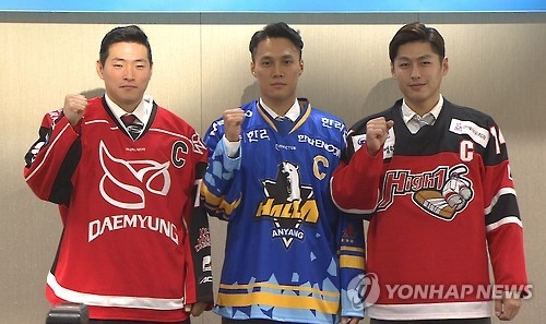 Captains of three South Korean clubs in the Asia League Ice Hockey pose for photos at the media day event in Seoul on Sept. 8, 2016. From left: Kim Bum-jin of Daemyung Killer Whales, Kim Won-jung of Anyang Halla and Suh Sin-il of High 1. (Yonhap)