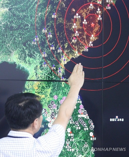 An official points to North Korea's northeastern county of Kilju, where the communist country conducted a nuclear test, at the Korea Meteorological Agency in Seoul on Sept. 9, 2016. The test, the fifth of its kind, caused a 5 magnitude tremor. (Yonhap)