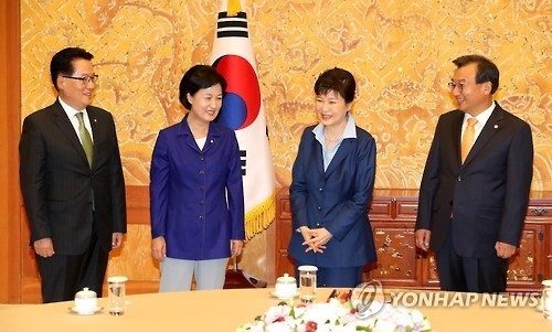 South Korean President Park Geun-hye (2nd from R) and the leaders of the the ruling Saenuri Party, the main opposition Minjoo Party of Korea and the People's Party -- Lee Jung-hyun (R), Choo Mi-ae (2nd from L) and Park Jie-won -- chat before their talks at the presidential office Cheong Wa Dae in Seoul on Sept. 12, 2016. (Yonhap)