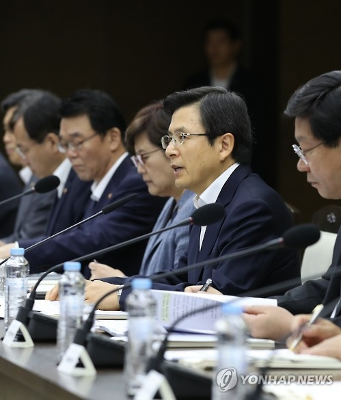 Prime Minister Hwang Kyo-ahn (2nd from R) speaks during a meeting on supporting Sejong Special Self-Governing City in the city, some 120 kilometers south of Seoul, on Sept. 12, 2016. (Yonhap)