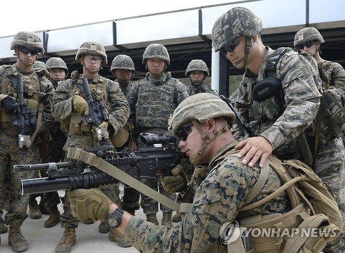 In this photo taken on Oct. 4, 2016, South Korean and U.S. marine soldiers carry out a joint exercise in the country's northernmost Baengnyeong Island to counter North Korea's provocations. (Yonhap)