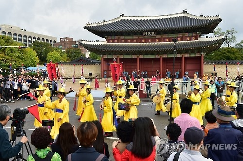 This photo provided by the Suwon city government shows musicians walking past Donhwamun, the main gate of Changdeok Palace in central Seoul, in a recreation of King Jeongjo's royal procession on Oct. 8, 2016. In 1795, the 22nd monarch of the Joseon Dynasty (1392-1910) embarked on an eight-day trip to Hwaseong Fortress in Suwon, some 50 kilometers south of Seoul, for a pilgrimage to his late father, in line with the 20th anniversary of his reign and the 60th birthday of his mother. (Yonhap)