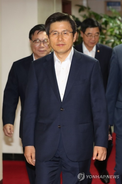 This photo, taken on Aug. 16, 2016, shows Prime Minister Hwang Kyo-ahn walking into a conference room in the central governemnt building in Seoul to attend a Cabinet meeting. (Yonhap)