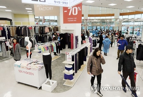 More Chinese tourists shop at S. Korean outlets - 1