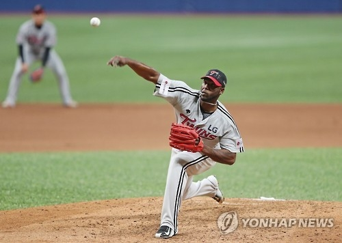 Henry Sosa of the LG Twins delivers a pitch against the Nexen Heroes in their Korea Baseball Organization postseason game at Gocheok Sky Dome in Seoul on Oct. 13, 2016. (Yonhap)