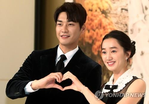"Kim Young-kwang (L) and Soo Ae pose for a photo during a promotional press conference for ""Sweet Stranger and Me"" in western Seoul on Oct. 20, 2016. (Yonhap)"