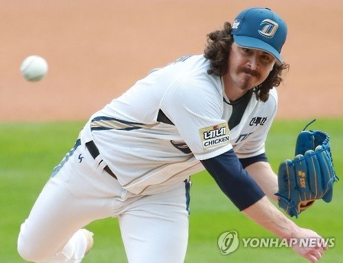 Zach Stewart of the NC Dinos throws a pitch against the LG Twins in their Korea Baseball Organization postseason game at Masan Stadium in Changwon, South Korea, on Oct. 22, 2016. (Yonhap)