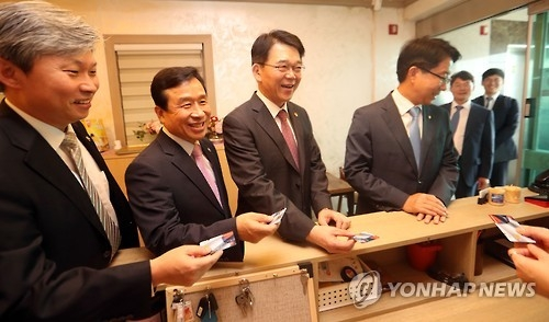 Government officials and lawmakers stand in line to pay their own bills after a lunch meeting in Sejong on Sept. 28, 2016. (Yonhap file photo)