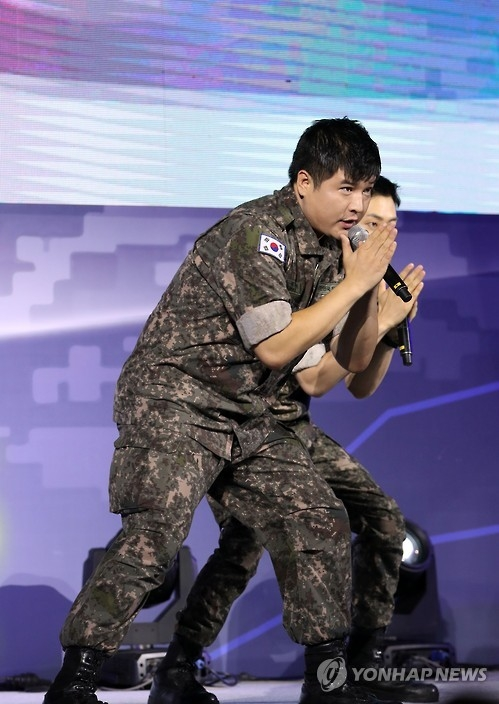Shindong of South Korean boy band Super Junior performs at a military event held in Goyang, north of Seoul, on Sept. 10, 2016. (Yonhap)