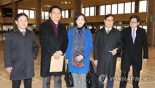 A group of lawmakers from the main opposition Democratic Party pose for a photo before their departure for China at the Gimpo International Airport in western Seoul on Jan. 4, 2017. (Yonhap)