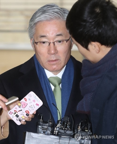 Kim Jong-deok, former minister of culture, sports and tourism, enters the special prosecutors' office in Seoul, South Korea on Jan. 8, 2016 for questioning over his involvement in the alleged blacklist of cultural figures. (Yonhap)