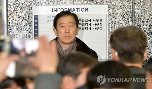 Choi Gee-sung, a vice chairman at the country's largest business group Samsung, arrives at the investigation team's office in southern Seoul for questioning on Jan. 9, 2017. Samsung is suspected of giving financial support to foundations and a company controlled by President Park Geun-hye's friend, in return for a state-run pension fund's backing of a major merger deal between Samsung subsidiaries in 2015. (Yonhap)