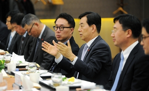 In this photo taken on Jan. 13, 2017, at the defense ministry's headquarters in Seoul, Defense Minister Han Min-koo talks to experts about the rapidly changing security situation on the Korean Peninsula. (Yonhap)