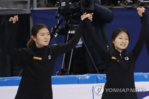 In this file photo taken on Dec. 18, 2016, South Korean short track speed skaters Shim Suk-hee (L) and Choi Min-jeong celebrate their victory in the women's 3,000m relay during the International Skating Union World Cup Short Track Speed Skating at Gangneung Ice Arena in Gangneung, Gangwon Province. (Yonhap)