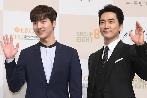 "Yang Se-jong (L) and Song Seung-heon of the upcoming SBS TV show ""Saimdang, Memoir of Colors"" pose for the camera during a media event held on Jan. 24, 2017, at the Lotte Hotel in Seoul. (Yonhap)"