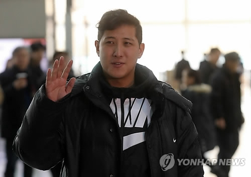 South Korean baseball player Hwang Jae-gyun waves to the crowd gathered at Incheon International Airport before departing for the United States on Jan. 25, 2017. Hwang has signed with the San Francisco Giants. (Yonhap)