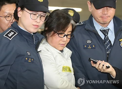 Choi Soon-sil, a close friend of President Park Geun-hye, arrives at the special investigation team's office in Seoul on Feb. 1, 2017. (Yonhap)