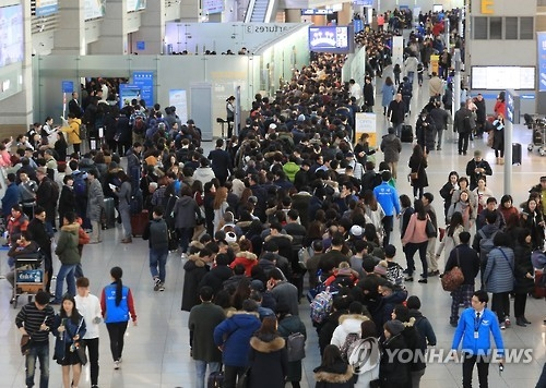 South Korea's Incheon International Airport, west of Seoul, is packed with travelers in this file photo. (Yonhap)
