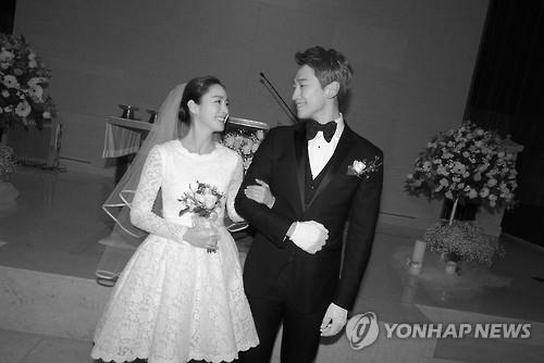 This photo, provided by R.A.I.N. Company on Jan. 19, 2017, shows singer-actor Rain and actress Kim Tae-hee getting married at a Catholic church in central Seoul the same day. (Yonhap)
