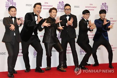 "In this file photo, the cast of ""Infinite Challenge"" pose during the 2016 MBC Entertainment Awards at MBC TV headquarters in northern Seoul on Dec. 29, 2017. (Yonhap)"