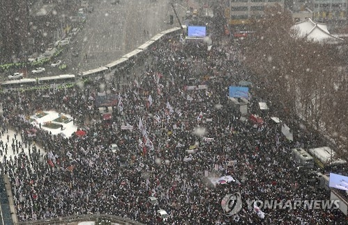Conservative groups rally against President Park Geun-hye's impeachment in central Seoul on Jan. 21, 2017. (Yonhap)