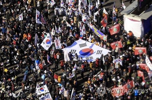 Hundreds of President Park Geun-hye gather in front of the Seoul city hall, calling for the Constitutional Court to reject the president's impeachment trial. (Yonhap)