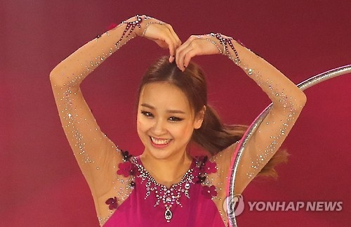 In this file photo taken on Sept. 16, 2016, South Korean rhythmic gymnast Son Yeon-jae salutes the crowd at the rhythmic gymnastics gala show at Goyang Gymnasium in Goyang, Gyeonggi Province. (Yonhap)