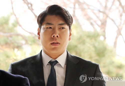 Pittsburgh Pirates infielder Kang Jung-ho arrives at the Seoul Central District Court on March 3, 2017, to attend a verdict hearing on his DUI charges. (Yonhap)