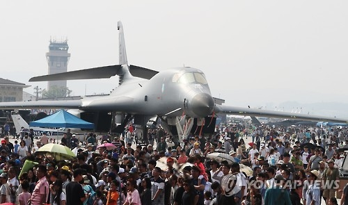 A B-1B Lancer bomber is on display for a public event at a U.S. military base in Osan, Gyeonggi Province, in this undated file photo. (Yonhap)