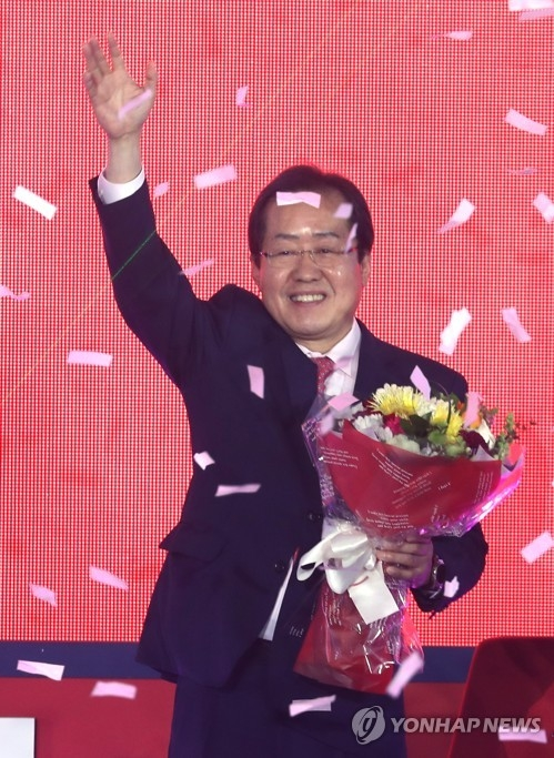 South Gyeongsang Province Gov. Hong Joon-pyo waves after winning the presidential nomination of the conservative Liberty Korea Party during the party's national convention in Seoul on March 31, 2017. (Yonhap)