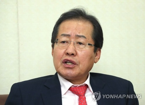 South Gyeongsang Province Gov. Hong Joon-pyo of the Liberty Korea Party speaks to Yonhap News Agency at his party's headquarters in Seoul on April 2, 2017. (Yonhap)