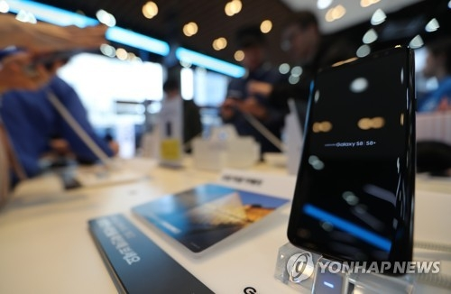 Samsung Electronics Co.'s Galaxy S8 smartphone is displayed at one of its shops in Seoul in this photo taken on April 2, 2017. (Yonhap)