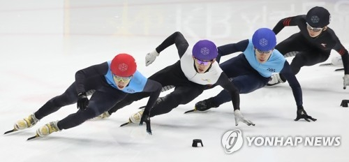 South Korean short track speed skater Lim Hyo-jun (L) races in the men's 1,500m super final at the Olympic team trials at Mokdong Ice Rink in Seoul on April 9, 2017. (Yonhap)