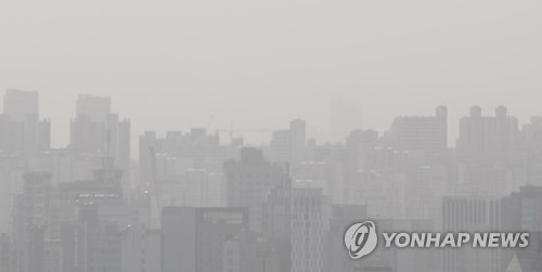 A view of downtown Seoul shows a gray sky with a fine dust advisory in place on May 6, 2017. (Yonhap)