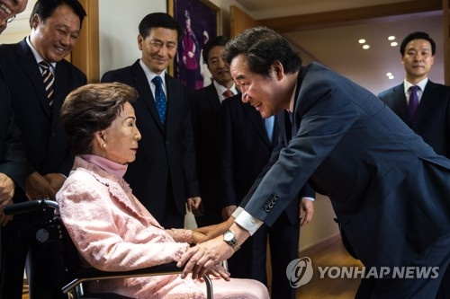 Prime Minister Lee Nak-yon (R) pays a courtesy call on Son Myung-soon, the widow of former President Kim Young-sam, at her home in Sangdo-dong, southern Seoul, on June 2, 2017. (Yonhap)