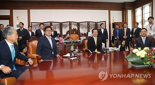 Political leaders, including National Assembly Speaker Chung Sye-kyun (2nd from R), gather for a meeting at Chung's office in the National Assembly in Seoul on June 5, 2017. (Yonhap)