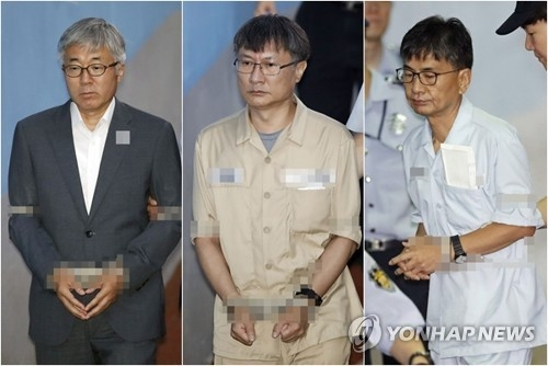 The composite photo shows former culture minister Kim Jong-deok (L); ex-vice culture minister Jeong Kwan-joo (C); and Shin Dong-chul, former presidential secretary for political affairs (R) on July 3, 2017, as they enter the courthouse to stand their final trial over the artist blacklist. The prosecutors demanded a five-year jail term for each of them. (Yonhap)