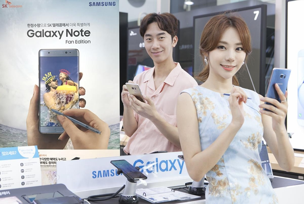 Models pose for a photo with the Galaxy Note FE in this photo released by SK Telecom Co. on July 6, 2017. (Yonhap)