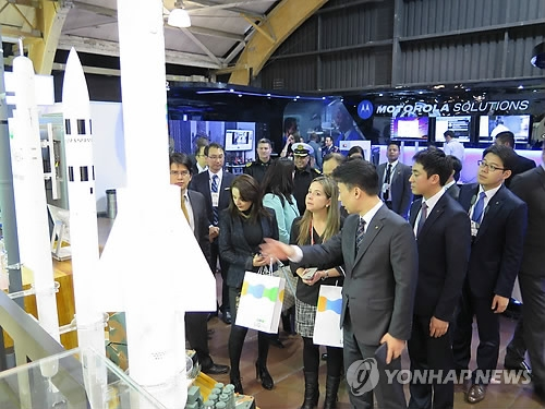 Representatives of LIG Nex1, a South Korean defense firm, introduce guided missiles to Colombian defense officials during an expo held in Bogota in this file photo provided by the company. (Yonhap)