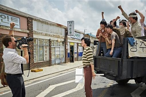 "This photo released by Showbox is a scene from ""A Taxi Driver."" (Yonhap)"