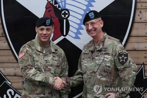Maj. Gen. D. Scott McKean (L), the new commanding general of the U.S. Forces Korea's 2nd Infantry Division, shakes hands with his predecessor Maj. Gen. Theodore D. Martin in a change of command ceremony held at Camp Casey in Dongducheon, Gyeonggi Province, on July 18, 2017. (Yonhap)