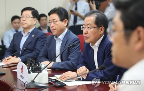 Hong Joon-pyo, the leader of the main opposition Liberty Korea Party, speaks during a meeting with senior party members at the party headquarters in Seoul on Aug. 7, 2017. (Yonhap)