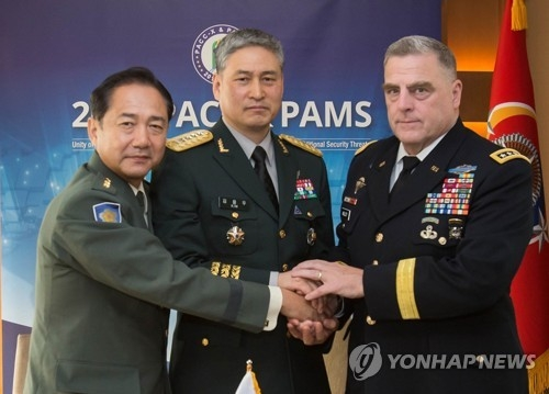 Gen. Kim Yong-woo (C), South Korea's Army chief of staff, poses for a photo with his American and Japanese counterparts -- Gen. Mark Milley (R) and Gen. Koji Yamazaki -- in their meeting in Seoul on Sept. 19, 2017, held on the sidelines of the Pacific Armies Chiefs Conference. (Yonhap)
