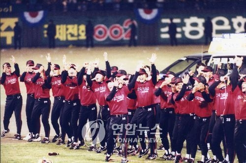 In this file photo taken Oct. 23, 1996, members of the Haitai Tigers celebrate their ninth Korean Series title over the Hyundai Unicorns at Jamsil Stadium in Seoul. (Yonhap)