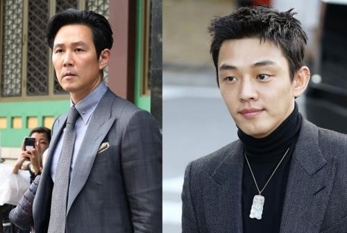 Actors Lee Jung-jae (L) and Yoo Ah-in (R) attend the wedding of Song Joong-ki and Song Hye-kyo in Shilla Hotel in Seoul on Oct. 31, 2017. (Yonhap)